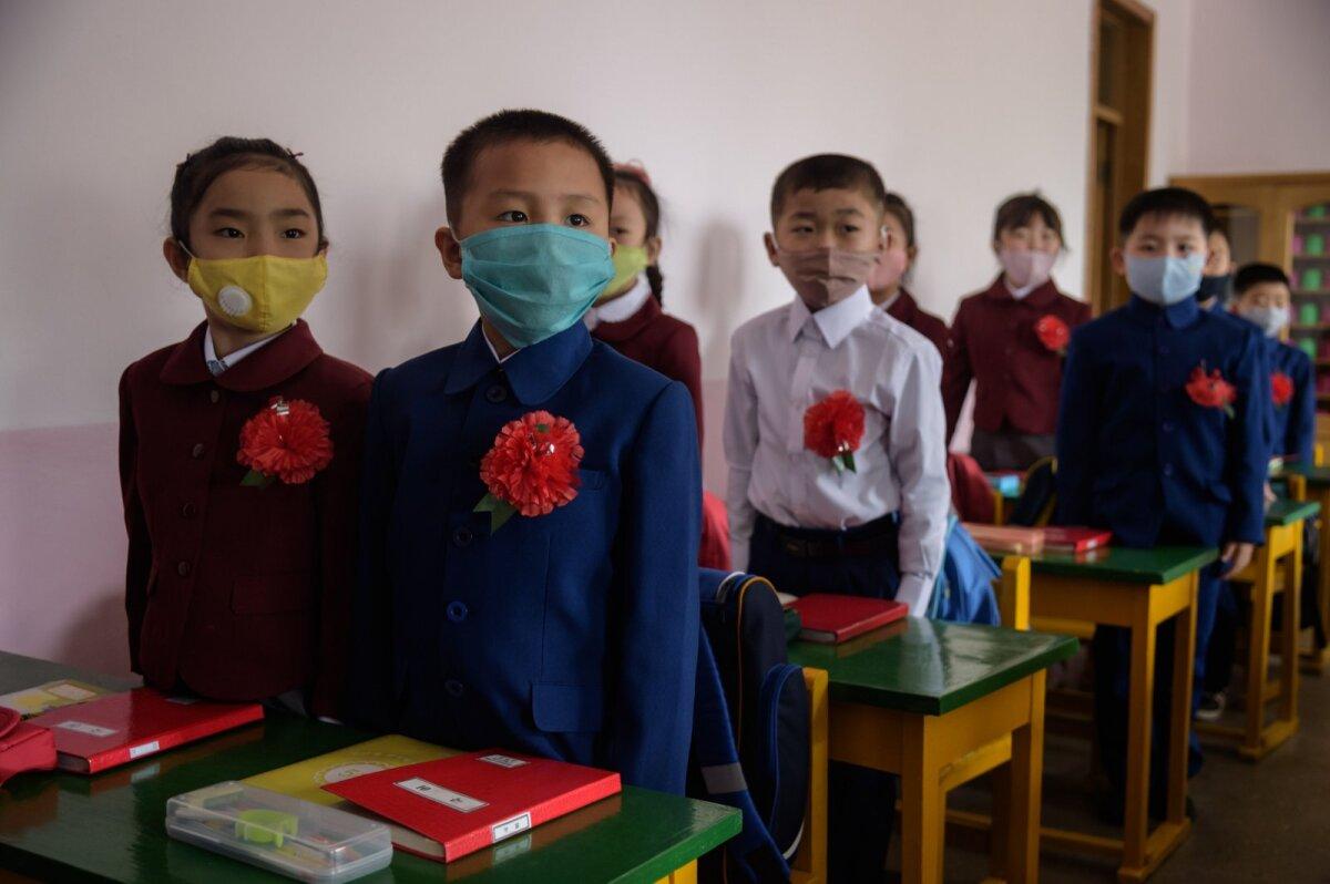 Pyongyangi algkoolilapsed, maskid ees, kuu algul jälle koolis.
