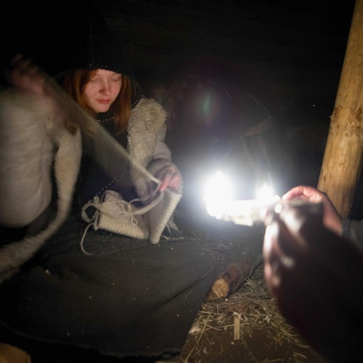 Maarja Lainevoog näitab peeruga tuld Kristiina Paavelile kes käsitööd teeb