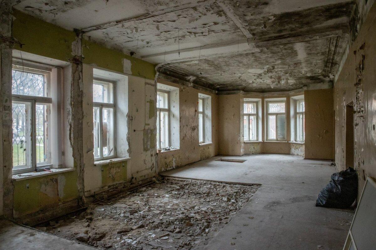 Kurvas seisus majast õhkub siiski saja aasta tagust hiilgust: erkerid fassaadil, kõrged laed ja peasissekäigust eraldatud teenijate trepikoda.