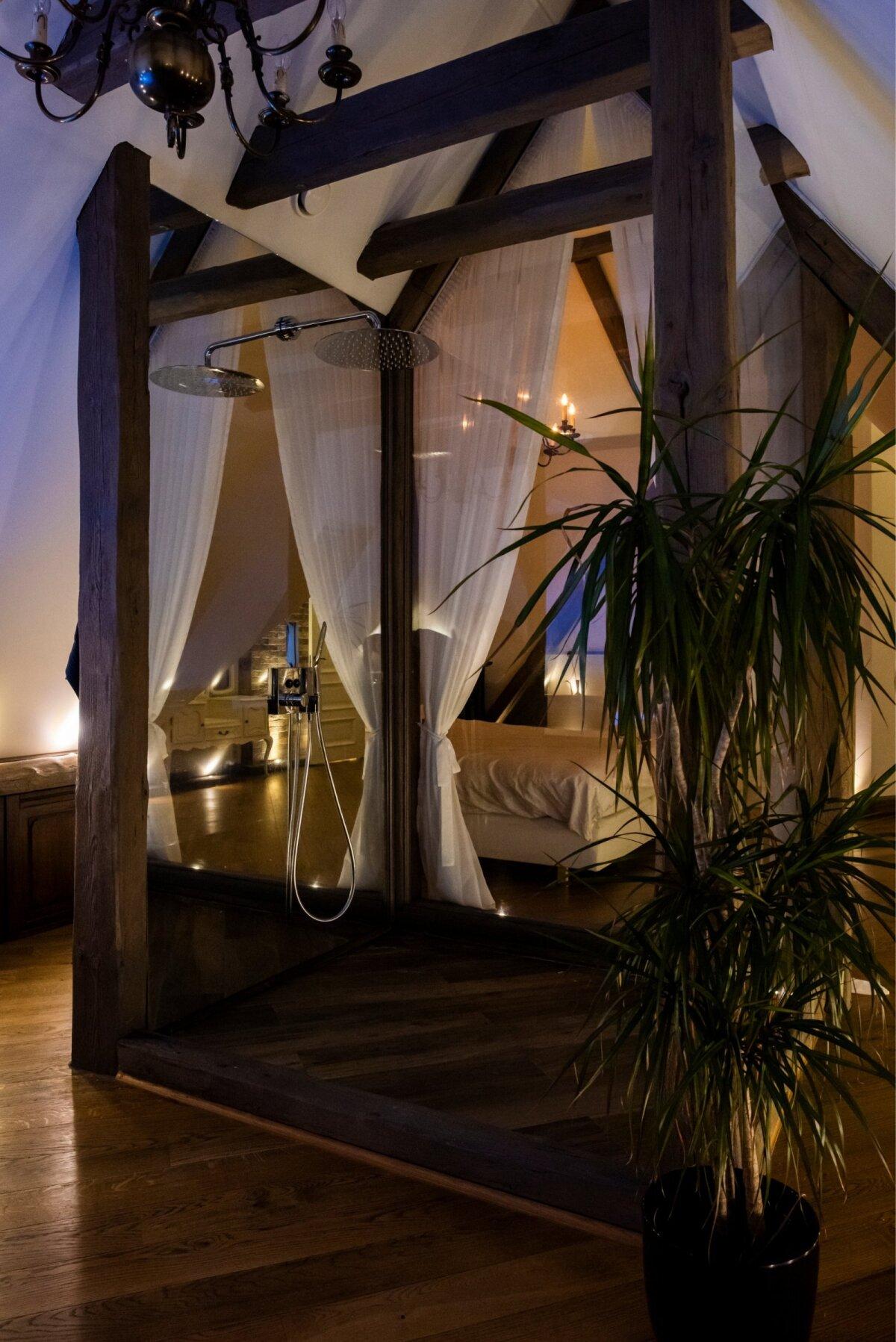 PEEGLIGA DUŠŠ Keset magamistuba koha leidnud dušiboksi külgi piiravad klaasid, kuid dušisegistiga sein pakub võimaluse imetleda ennast pealaest jalatallani – see on peegelsein.