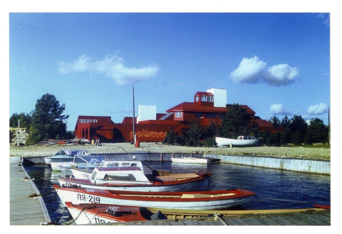 Polümeerile kuulunud puhkebaas Paatsalus. Arhitekt Toomas Rein, valmis 1979. Soovijaile laenutati kalapaate, veesuuski ja purjelaudu.