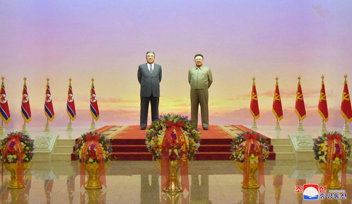 Kumsusani palee Kim Il-sungi (vasakul) ja Kim Jong-ili kujudega.