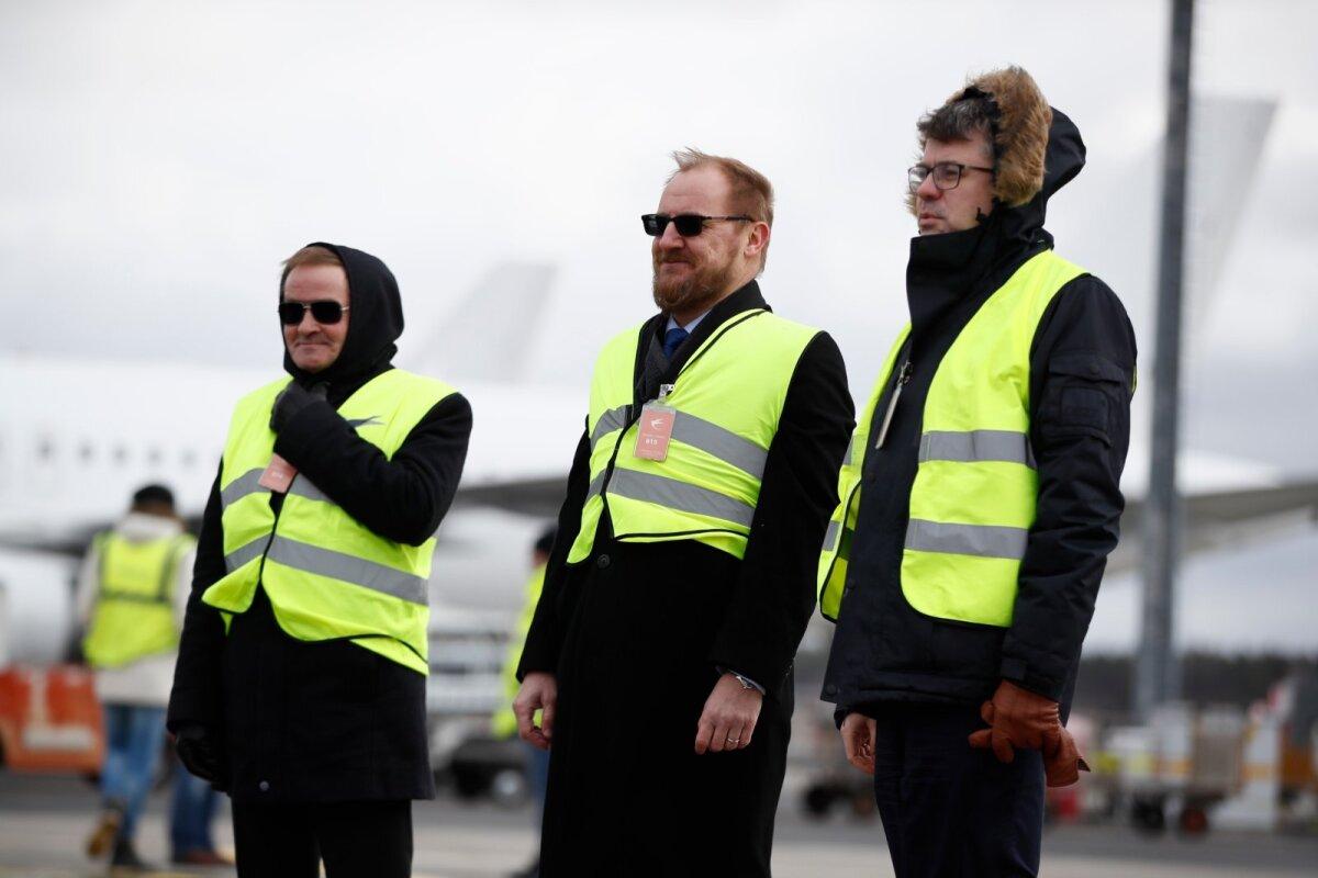 Яак Ааб (ЦП) и Урмас Рейнсалу (Isamaa) в аэропорту ждут груз из Китая