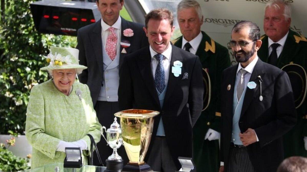Королева Елизавета в 2019 году с шейхом Мохаммедом (второй справа), который регулярно посещает скачки
