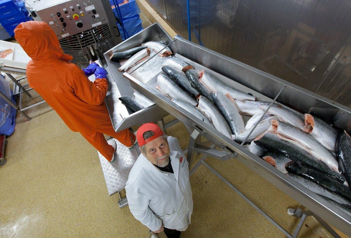 OTSITE VALEST KOHAST! Mati Vetevool (punase nokkmütsiga) on rääkinud ametnikele, et listeeriabakterid saabuvad Eestisse Soomest ja Norrast sisse ostetud kaladega. Hädade allikas asub välismaal.