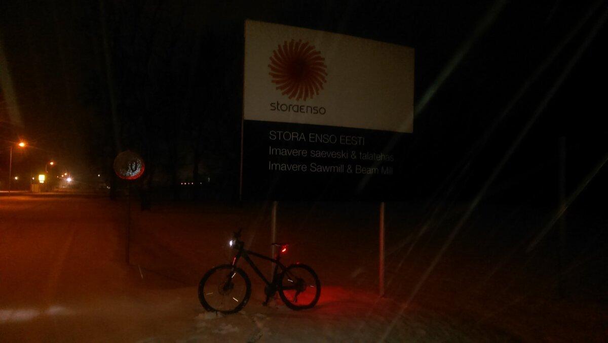 Õhtune rattasõit, taustal puidutööstus (Foto: Delfi lugeja)