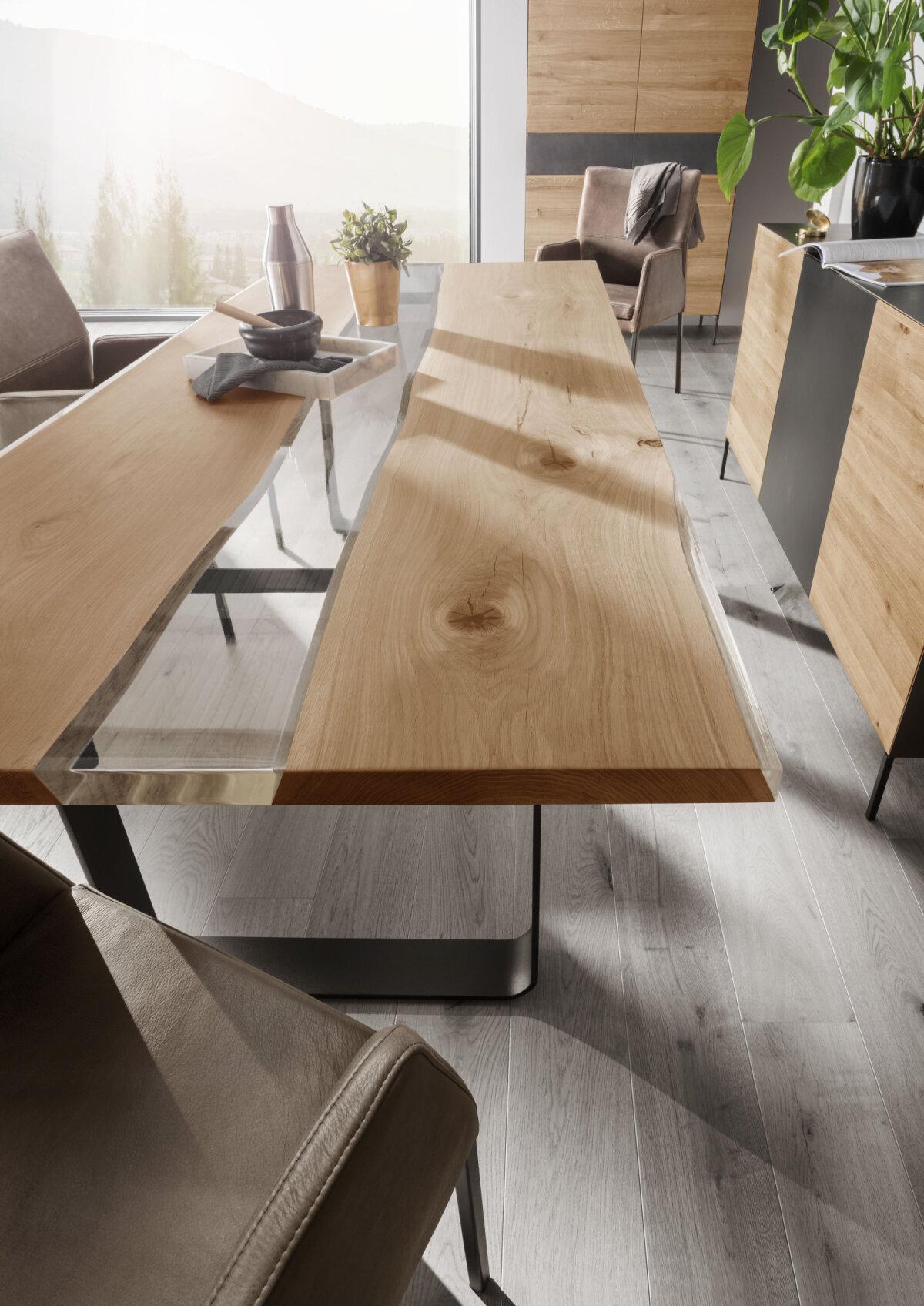 Oriensi pikast puidulipist valmistatud tooteid võiks pidada sisustusmaailma modellideks. Nii ka söögilauda TREE, mis oma naturaalses ilus paneb elama iga köögi, kodu südame.