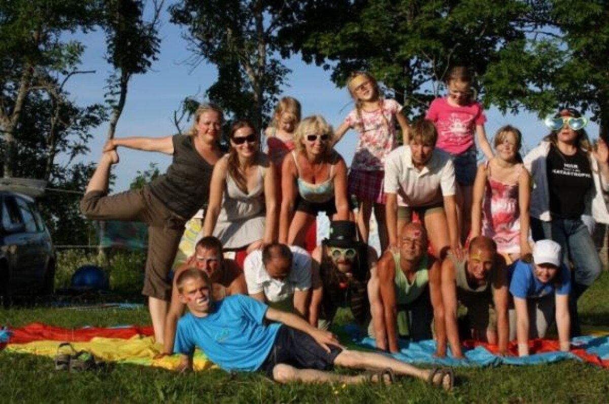 Rõõmus püramiid - teraapiakliendid, nende sõbrad ja juhendajad. Foto: Ülar Uusküla.