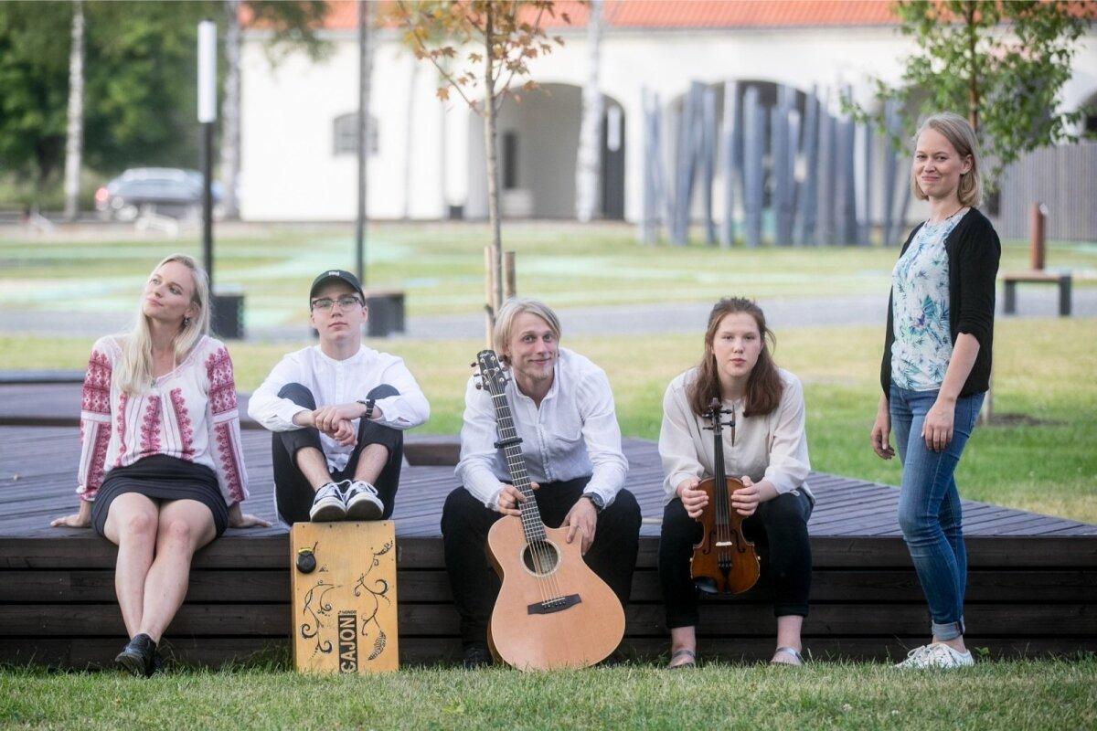 Eesti pärimusmuusika keskuse hooaja programmijuht Merike Paberits (paremal) on start-up-bändide projektiga rahul ja leiab, et tegemist on väga energiliste kooslustega.