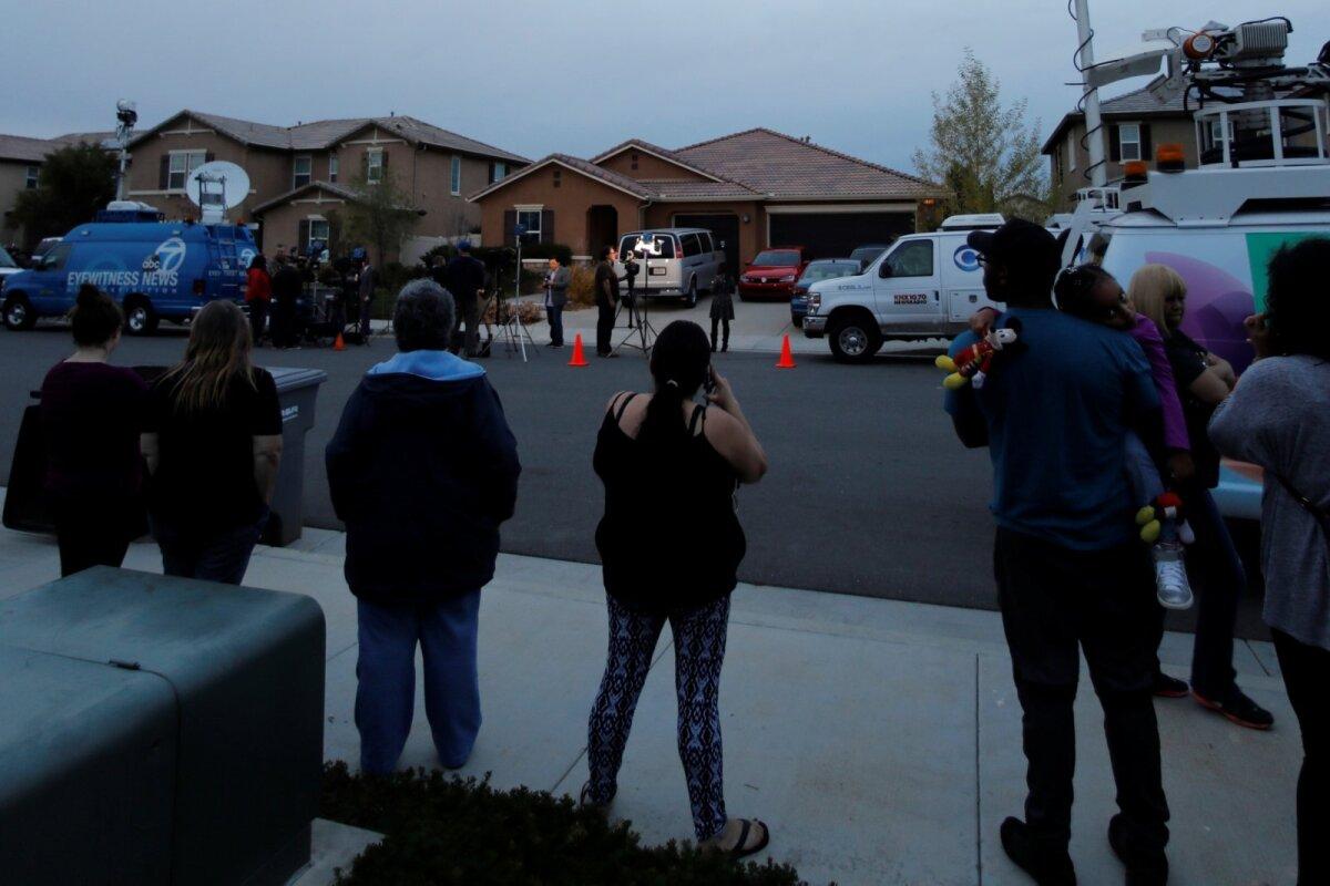 Ümbruskonded jälgivad uudisevõttegruppe Turpinite kodu ees. (Foto: REUTERS)