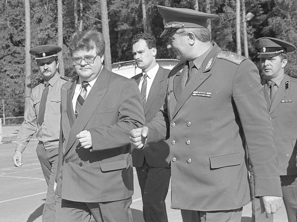 MEHED VARJUS III: Jaan Toots saadab Edgar Savisaart kohtumisel Nõukogude õhukaitseväe kindralmajori Zija Abdurahmanoviga.