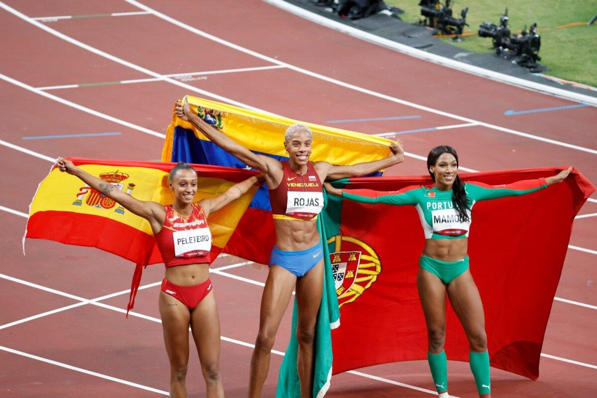 Naiste kolmikhüppe medalikolmik.