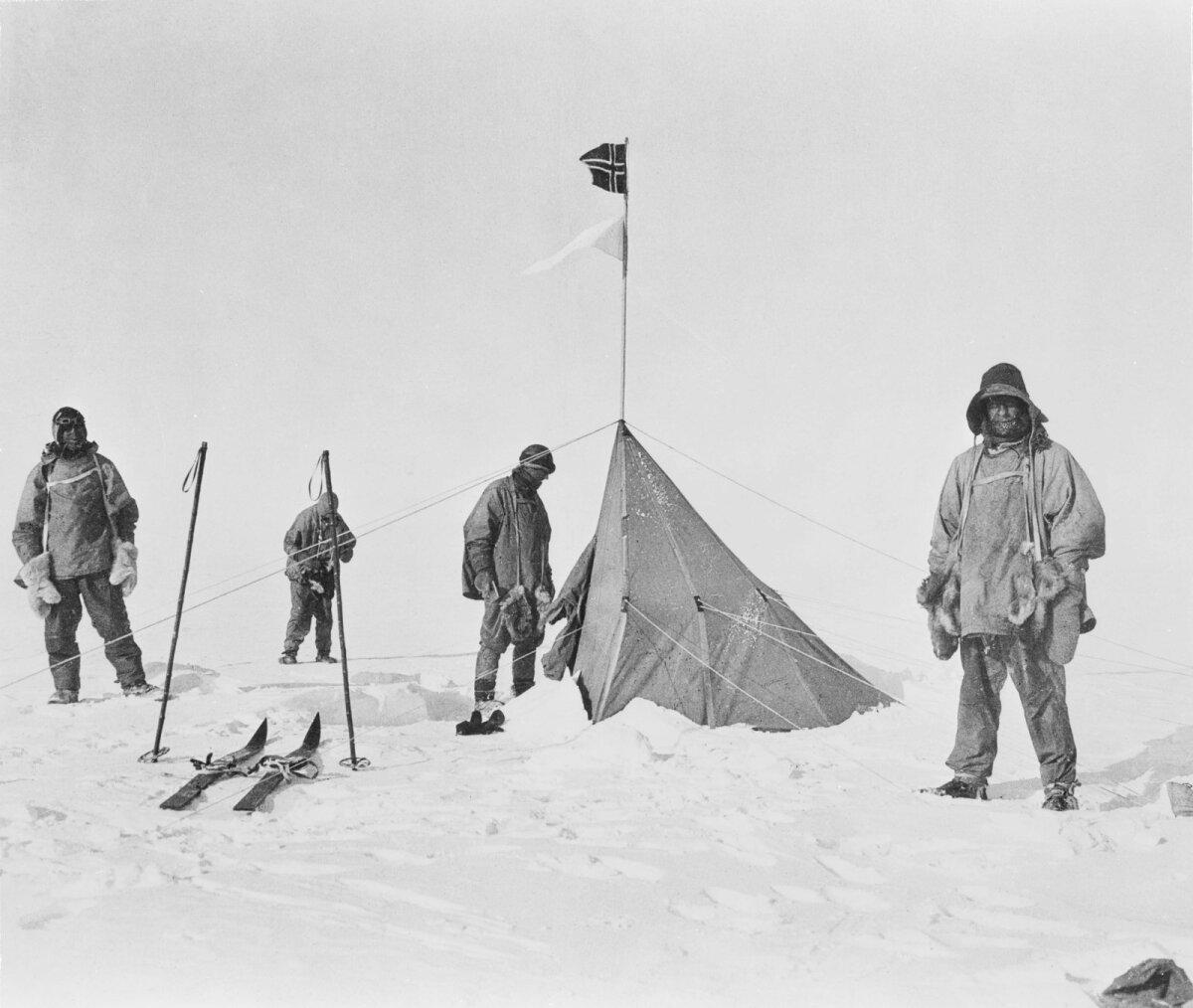 Britid kuu aega hiljem norralaste telgi juures.