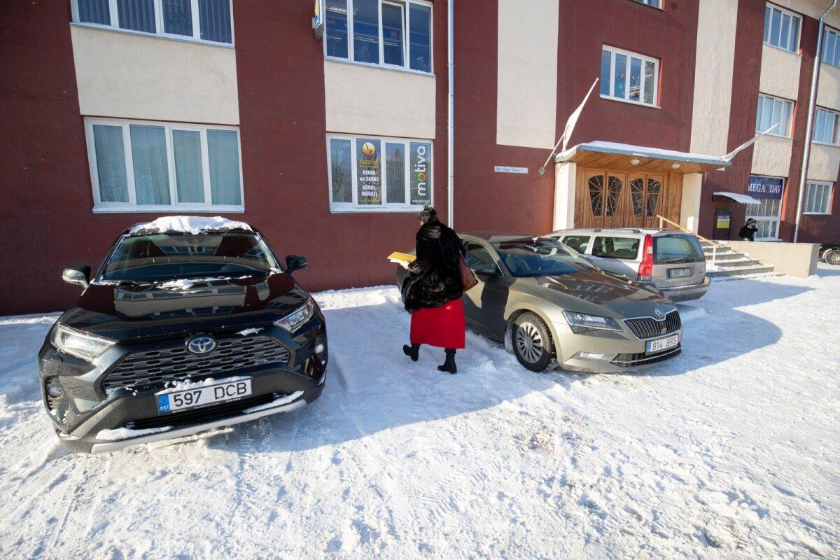 После подписания договора о реновации Ратуши Катри Райк направляется к своему автомобилю.