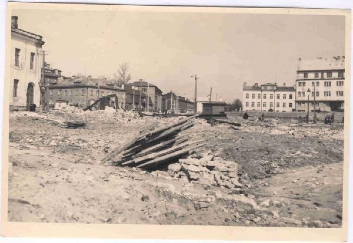 Tänase Liivalaia tänava ja Pärnu maantee ristmiku piirkond pärast pommitamist.