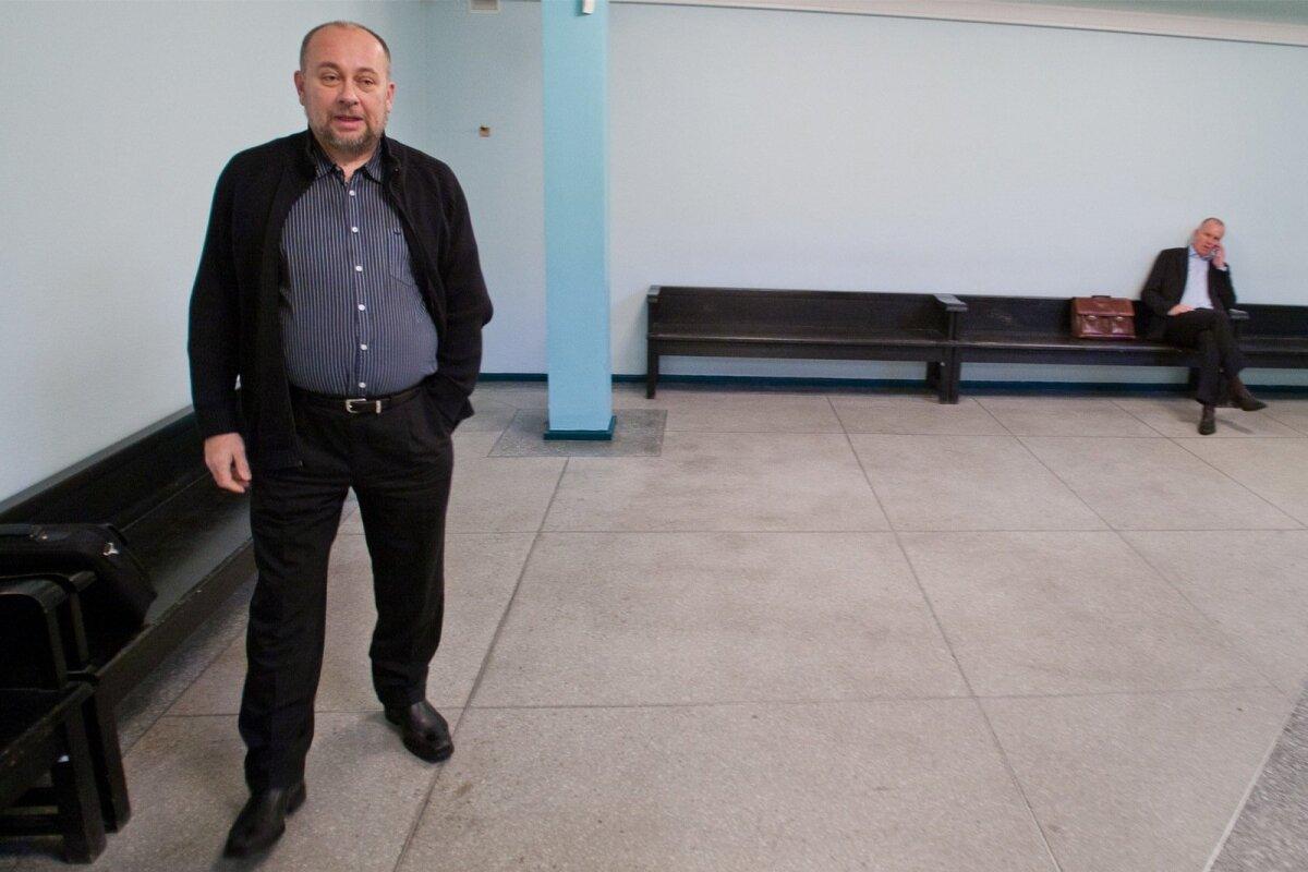 """2009. AASTA """"KANGELASED"""": Kohtumajas ootavad linnaametnikud Ivo Parbus (esiplaanil9 ja Elmar Sepp."""