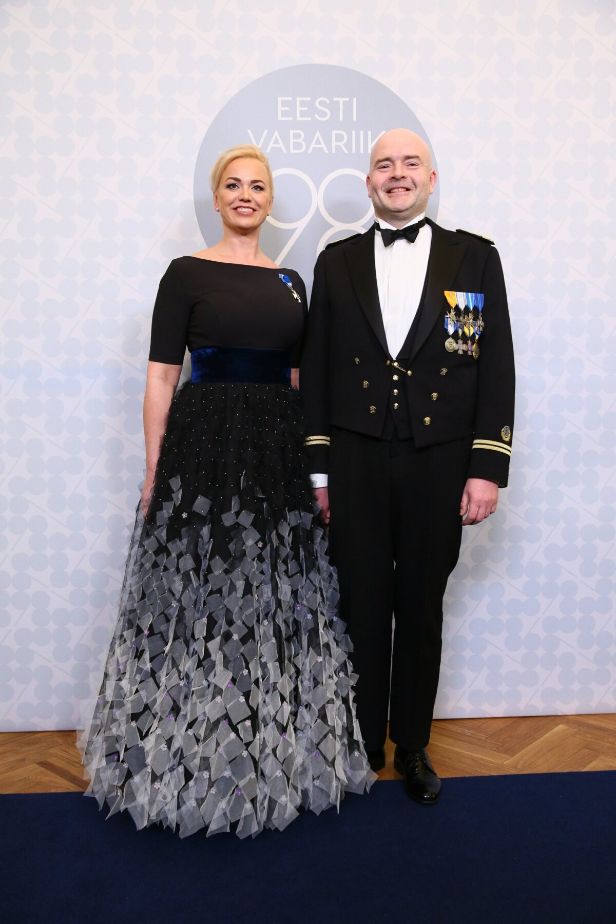 Журналист Кярт Анвельт надела работу Mammu Couture на 98-летие Эстонской Республики в 2016 году