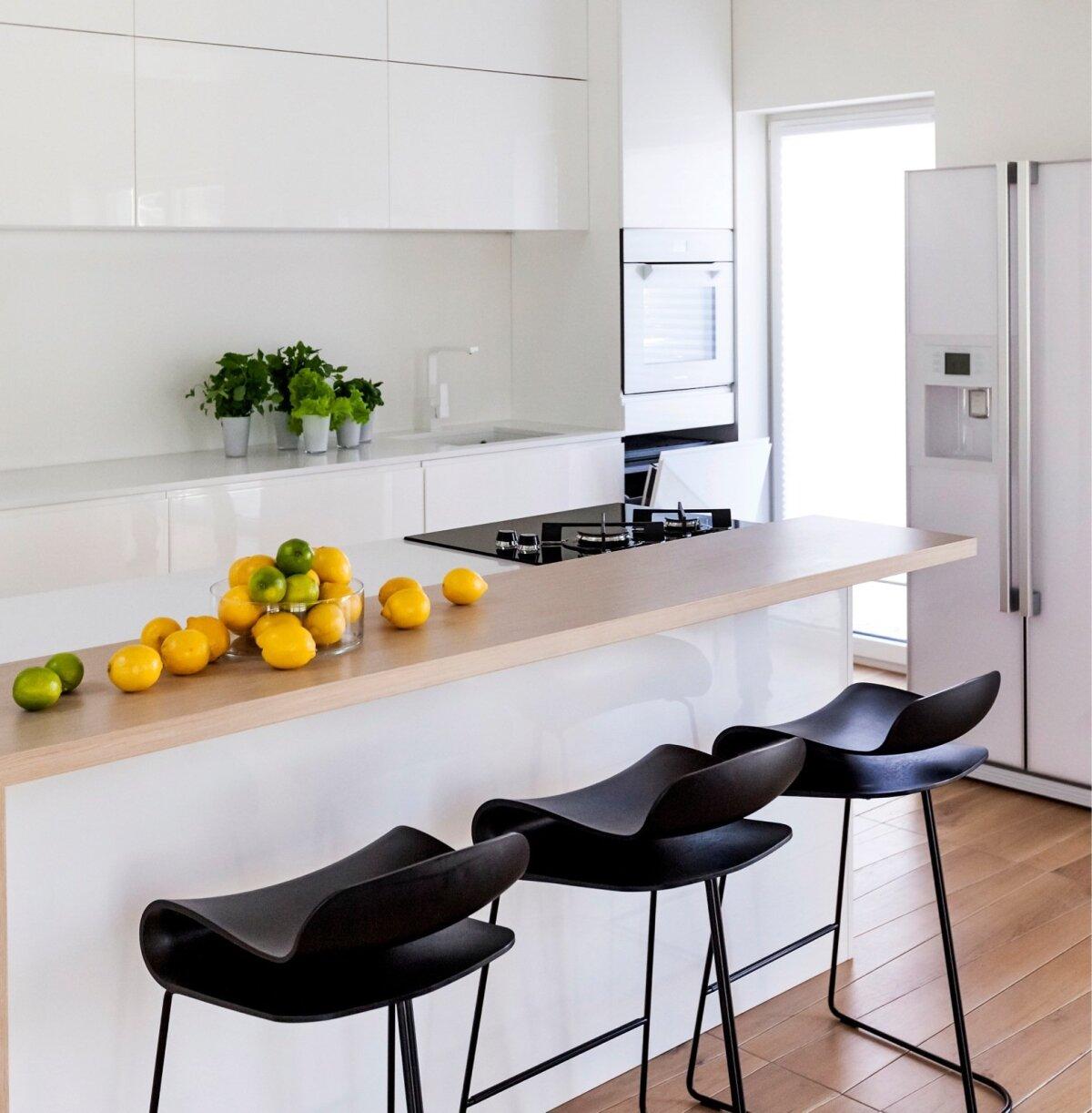 Kaunis ja funktsionaalne köök Tiskre eramus. Sisearhitektid Karm&Kristianson.