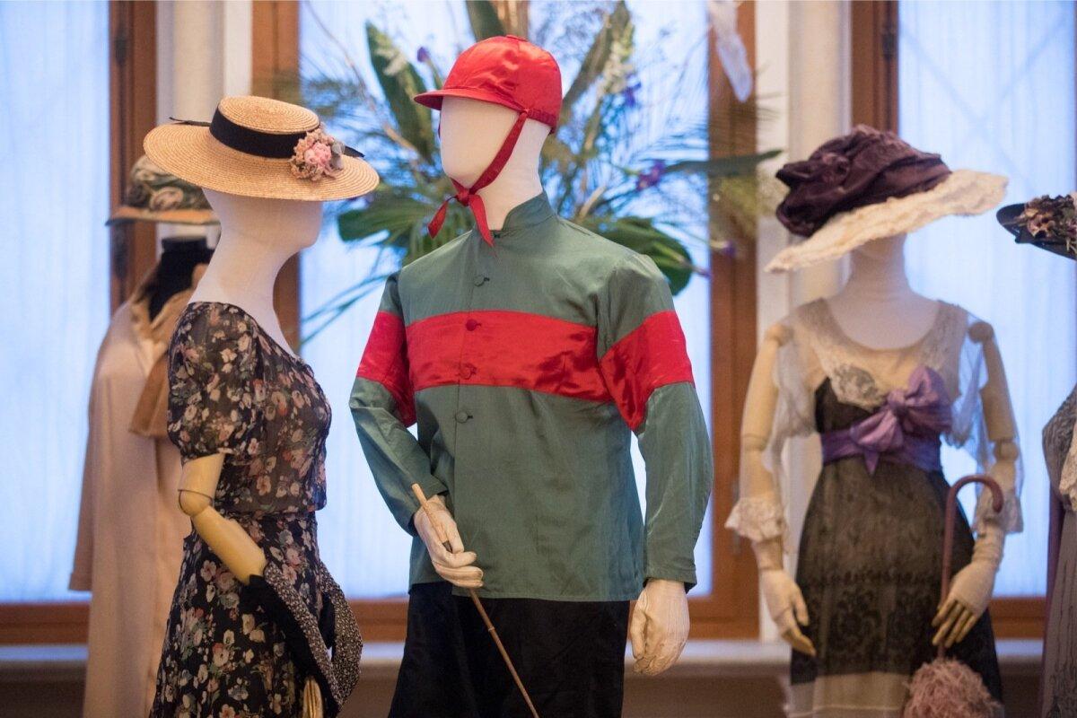 Экспонаты выставки Александра Васильева «Модный аллюр: охота и скачки» в замке Фалль