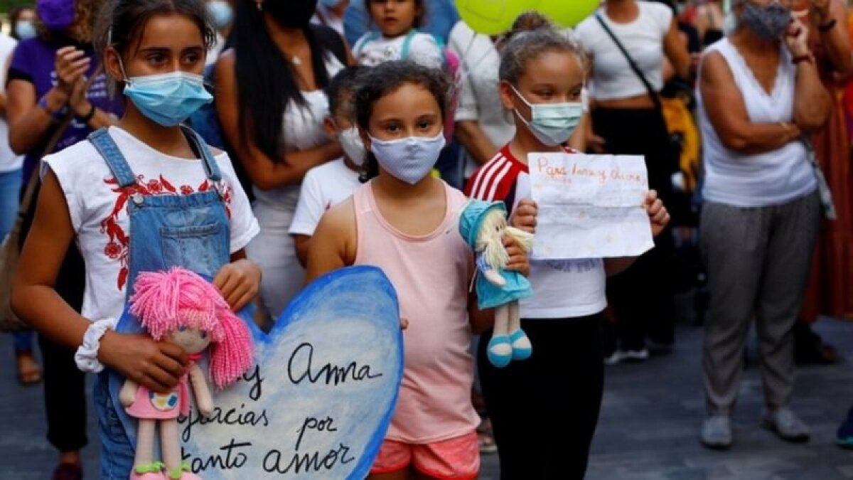 На акции протеста на Тенерифе в прошлую пятницу дети несли кукол и мягкие игрушки в память об Оливии и Анне