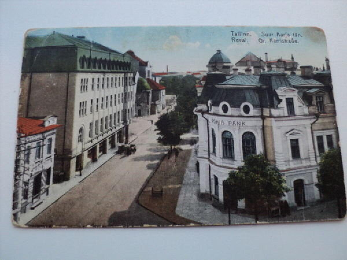 Keskaegse Karjavärava asukoht 1920. aastatel. Paremal algselt Tallinna klubi hooneks ehitatud toonane pank. Vasakul kõrgub 1912 valminud Saarineni projekteeritud krediidipanga hoone.