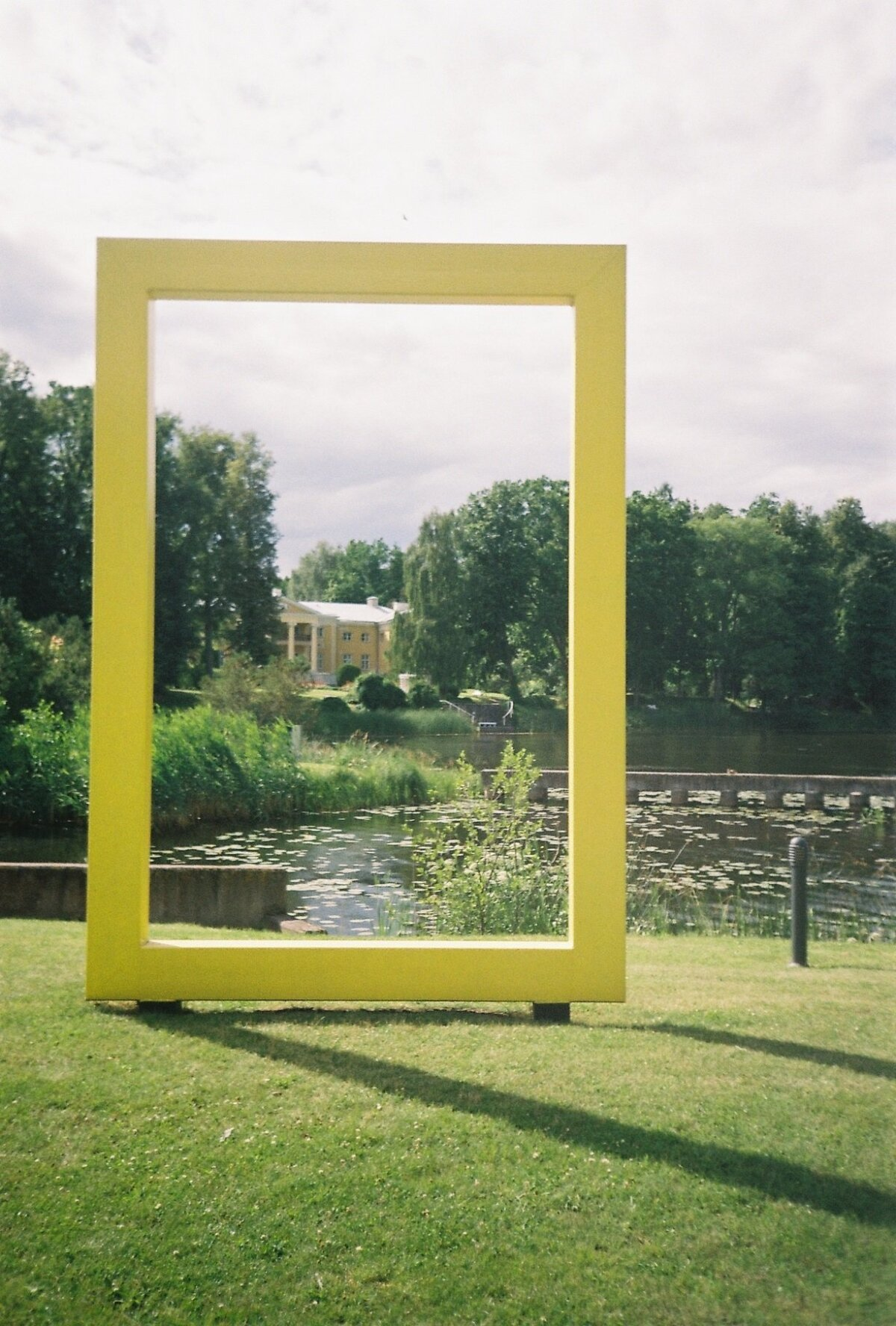 Желтая рамка - символ National Geographic. А сзади мыза Ряпина