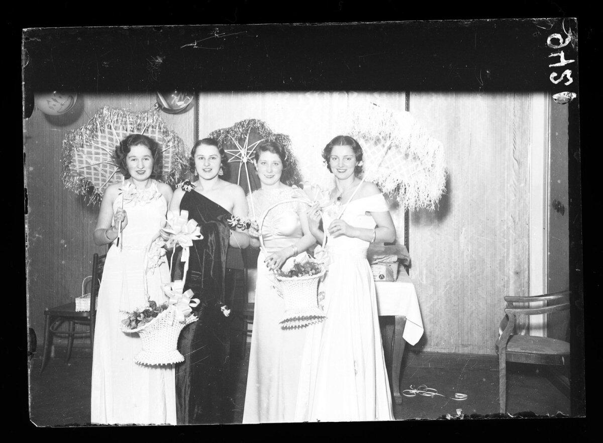 """Neli naist """"Kuldsüdame"""" ballil (1930ndad)"""