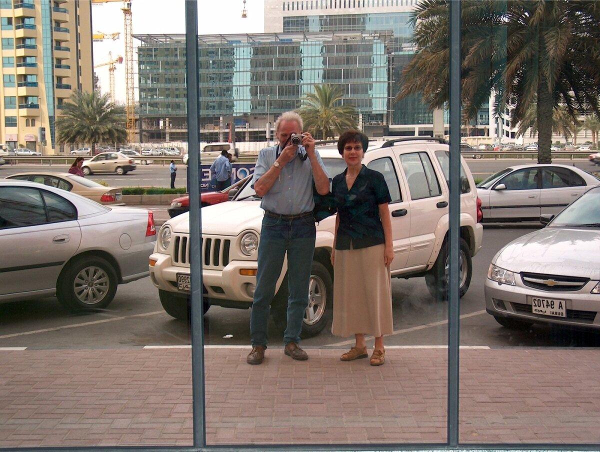 Dubai peatänava fassaadi peegeldus.