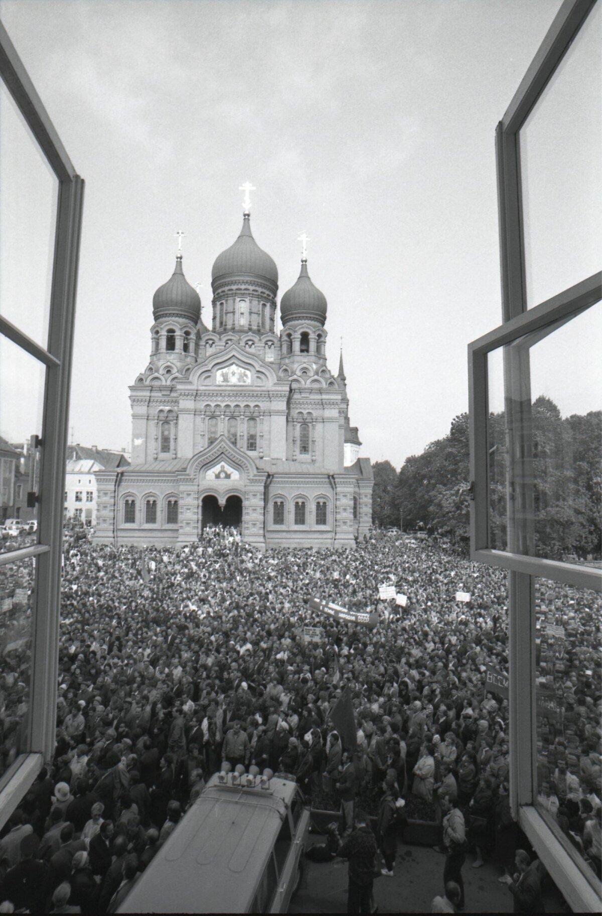 Interliikumise üks juhte, Tondi diviisi endine komandör erukindralmajor Nikolai Aksinin seisab Aleksander Nevski katedraali trepil. Otsekui tulejuhtimispunktis.