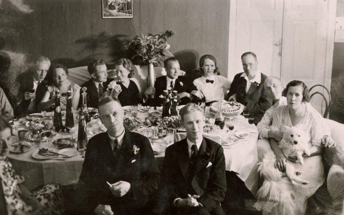Seltskond peolauas (1932).