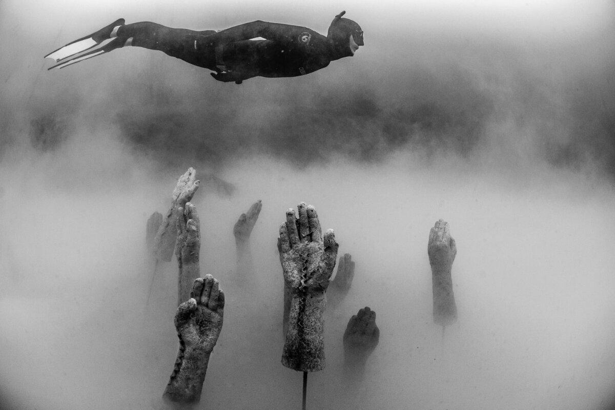 Ärevus ja teadmatus. Käed püüavad end kuidagi udu seest välja tõmmata.