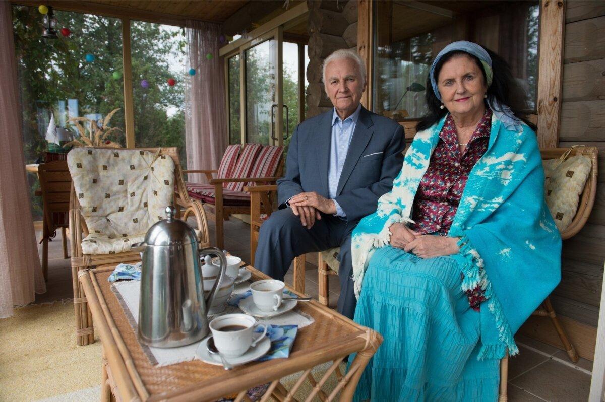 SUVEKODUS Ingrid ja Arnold Rüütel aastate eest oma suvekodus Saaremaal külalisi võõrustamas.