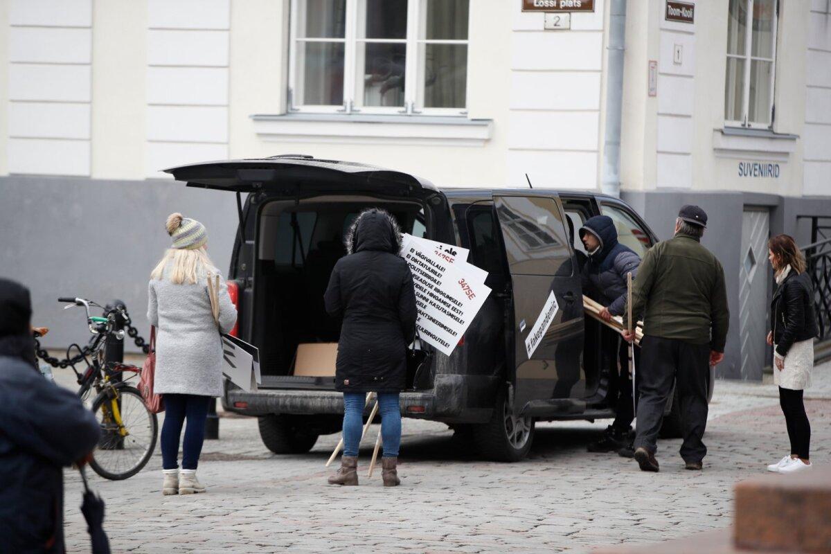 MEELEAVALDAJA RASKE ELU: Eestimaa vabaks sõidetud, läksid protestid Toompeal edasi nakkushaiguste ennetamise ja tõrje seaduse muutmise vastu. Pildil tuuakse üritusele bussitäis plakateid.