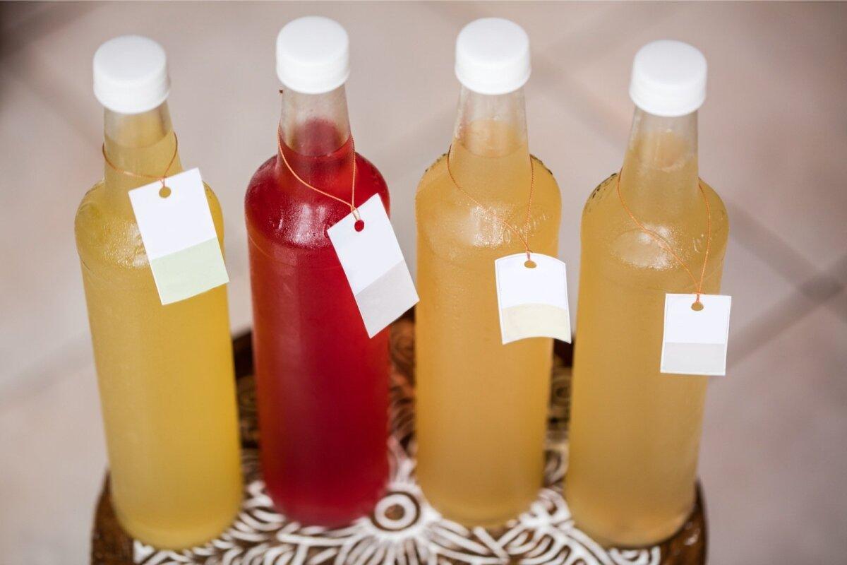 Pudelisse teiseks korraks fermenteeruma pandud maitsestatud teeseenejoogid.
