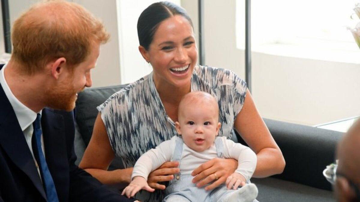 В интервью Опре Маркл предположила, что их сыну Арчи не был дан титул принца из-за того, что он ребенок смешанной расы. Но потом выяснилось, что это правило королевского протокола: ее сын получит титул после того, как трон займет его дед принц Чарльз
