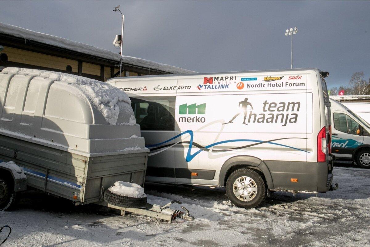 Team Haanja tagasihoidlik buss Tehvandi staadioni määrdebokside taga.