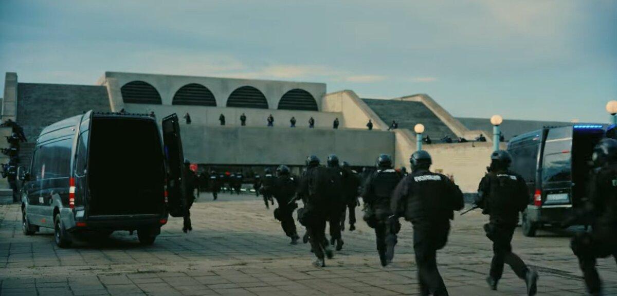 """Kuvatõmmis """"Teneti"""" treilerist. Siin on näha, et linnahalli laternad tehti võteteks korda."""