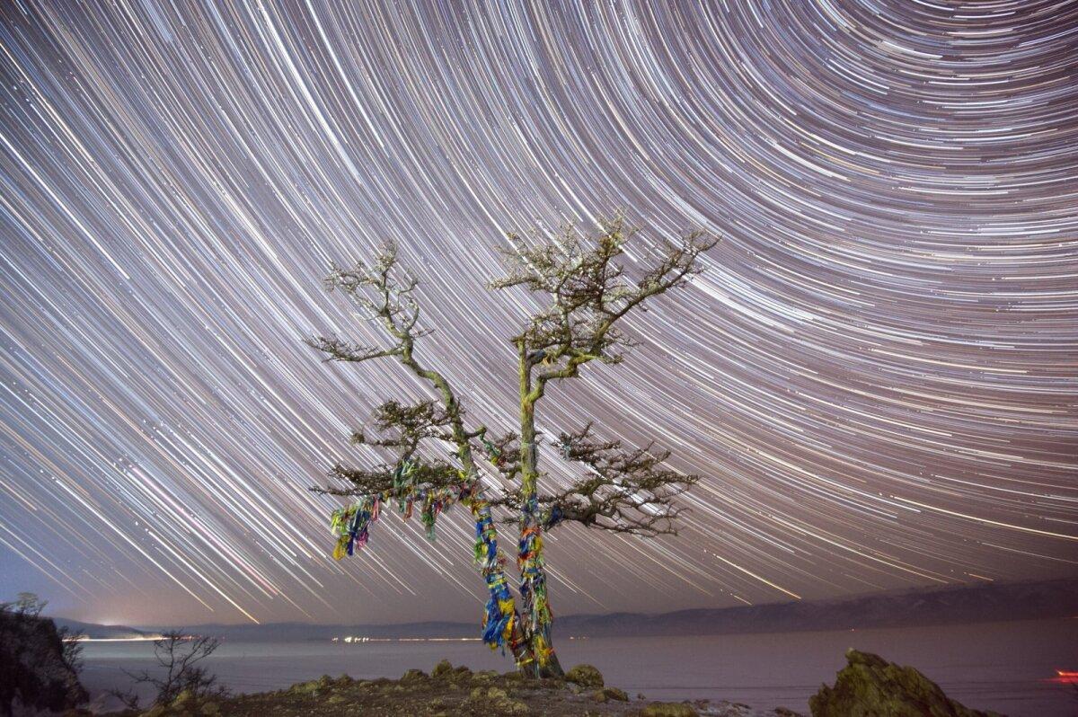 Venemaa, Olhoni saar Baikali järvel, Burhani neemVõimas neem magas sügavalt jalge all, pea kohal sündisid aga uued maailmad. Kõik see toimus Baikali järve kõige mõistatuslikumas ja energeetiliselt võimsamas kohas – Olhoni saarel, Burhani neemel. Kohalike kodu-uurijate sõnul tekkis Burhani neeme nimi 17. sajandi lõpul, peale tiibeti budismi jõudmist Baikali äärde. Burhaniks hakkasid budistidest burjaadid nimetama Baikali peajumalat. Minevikus leidsid neemel aset kultuslikud ohvritoomised Olhoni saare vaim-peremehele Ugute-noionile, kes uskumuste kohaselt asus neemel koopas ning oli Baikali kõige raevukam ning auväärsem jumalus. Neeme kõrval asuvas pühas salus põletati ja maeti šamaane. Samuti asus Šamaanikoopas budistlik palvekoda. Mööduvad teelised tulid siin alati oma hobustelt maha ning talutasid neid päitseidpidi, et kapjade klõbin ei ärataks magavaid vaime ning ei segaks šamaane.