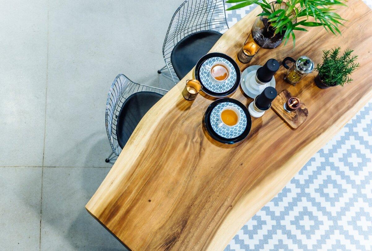 Väga moekaks ja populaarseks on osutunud ka naturaalse servaga plankudest valmitatud diivani- ja söögilauad jms mööblitükid. Suar Design