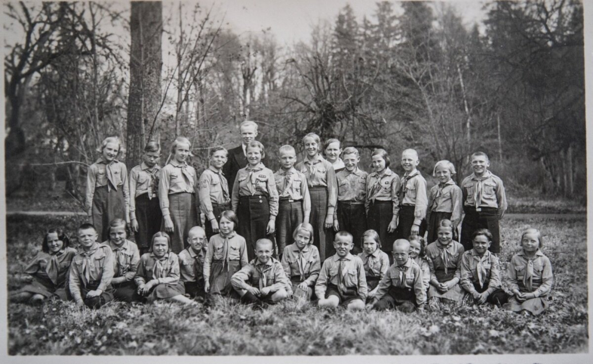Noorkotkad ja kodutütred 1939. aastal. Raul Kuutma ülemises reas vasakult neljas