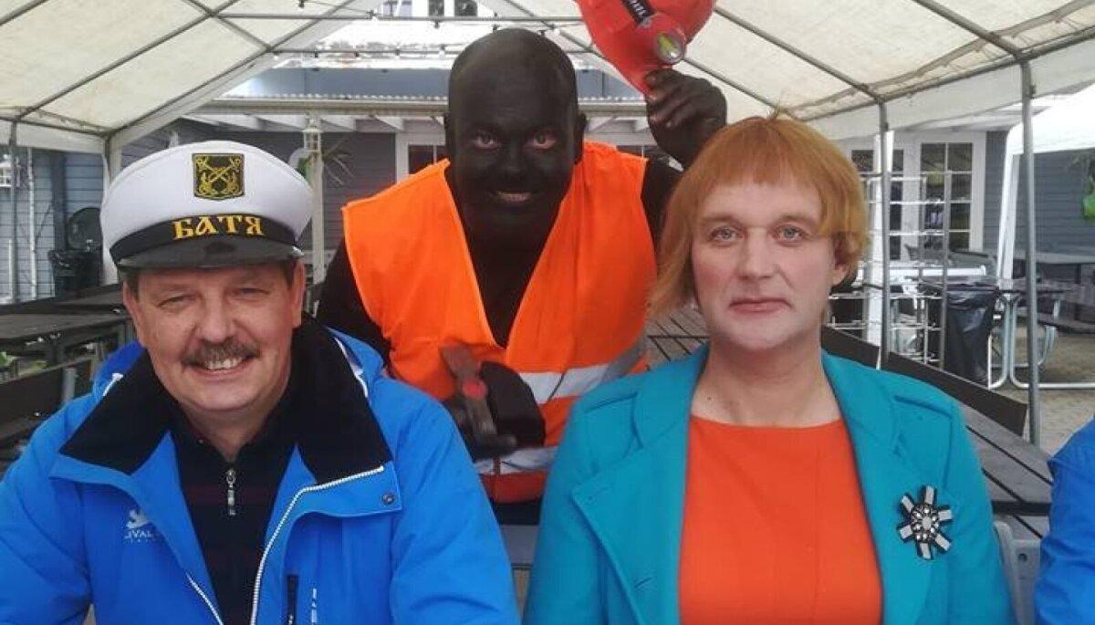 Talvo Rüütelmaa blackface'i tegemas, temast vasakul on praegune majandus- ja taristuminister Taavi Aas.