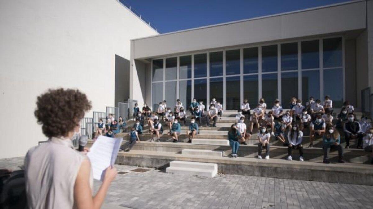 Учитель одной из школ Турина объясняет ученикам правила профилактики коронавируса