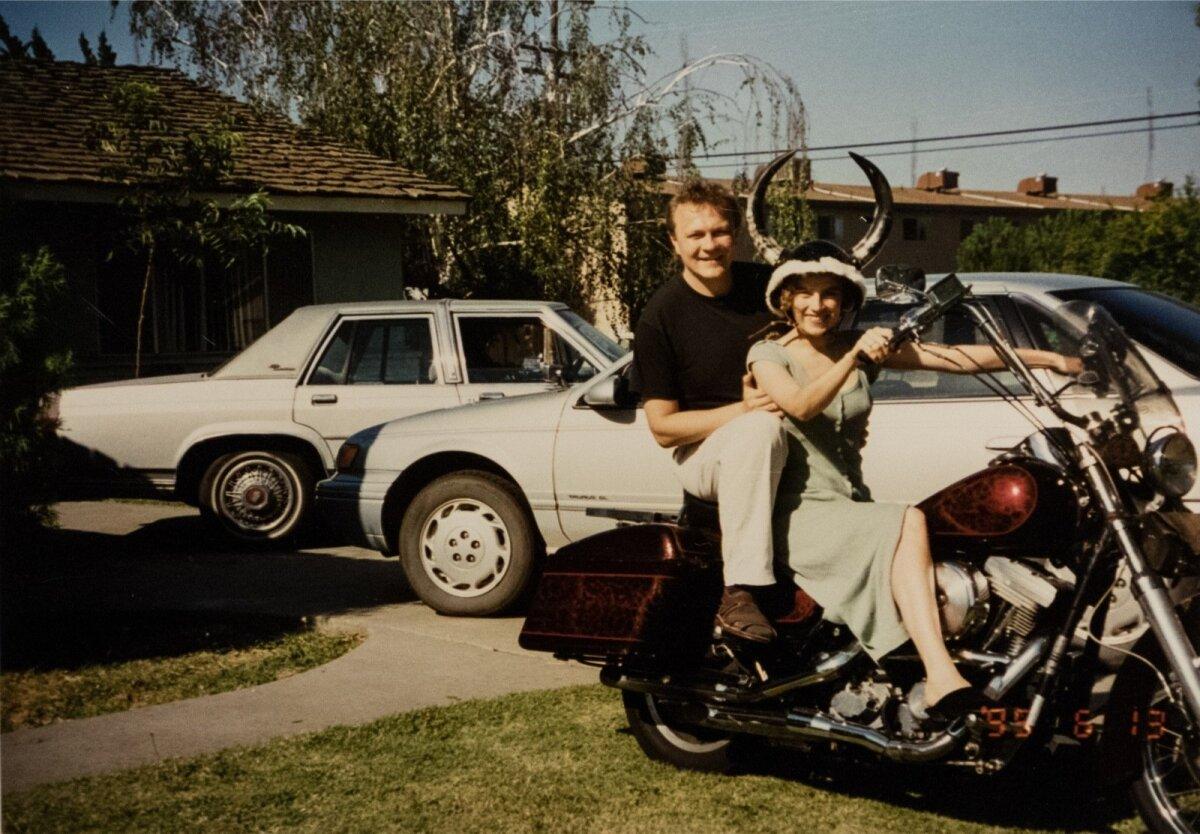 Tea ja Sulev sattusid Californias grupi motikameeste peale, kes töötasid indiaaninoorte rehabilitatsioonikeskuses. Pildil istuvad Sulev ja Tea parasjagu ühe nende Harley Davidsoni peal.
