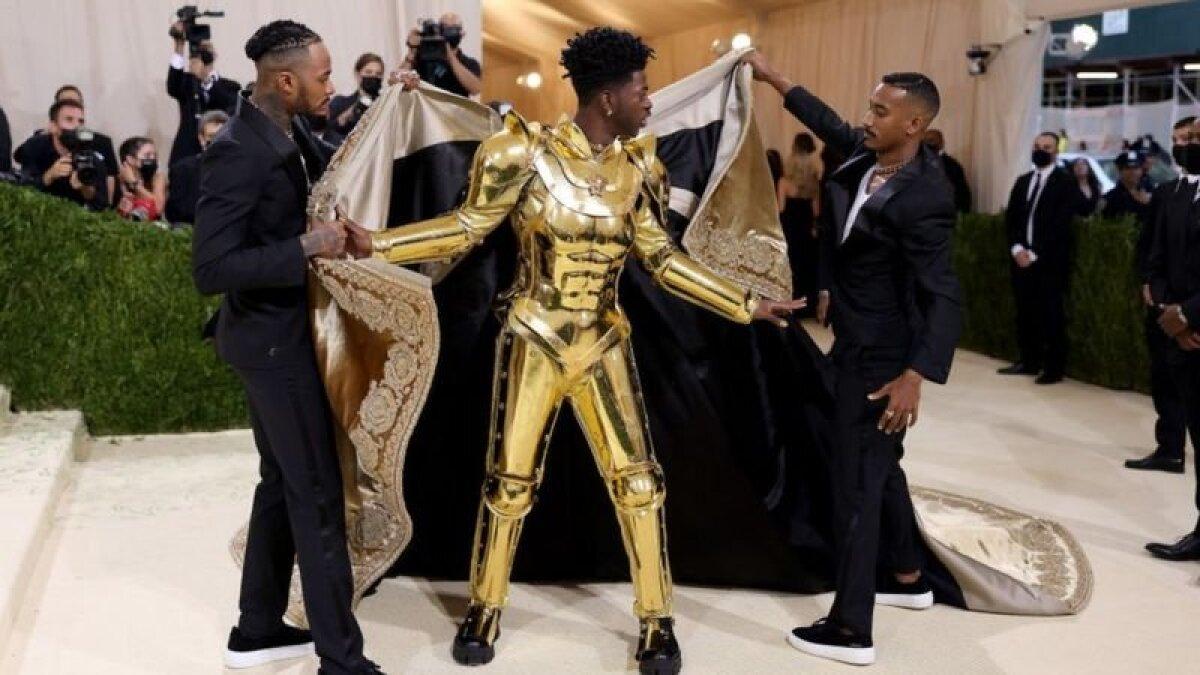 ..под которой оказались золотые доспехи от Versace...