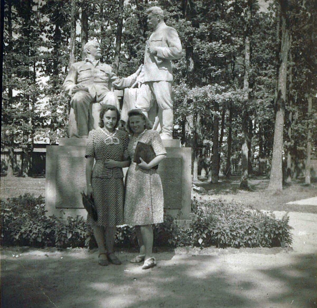 КРАСИВЫЕ ЖЕНЩИНЫ, СТРАШНЫЕ МУЖЧИНЫ: Дамы позируют у воздвигнутого в Синди совместного памятника двум советским тиранам – Ленину и Сталину. Фото: личный архив Марко Шорина