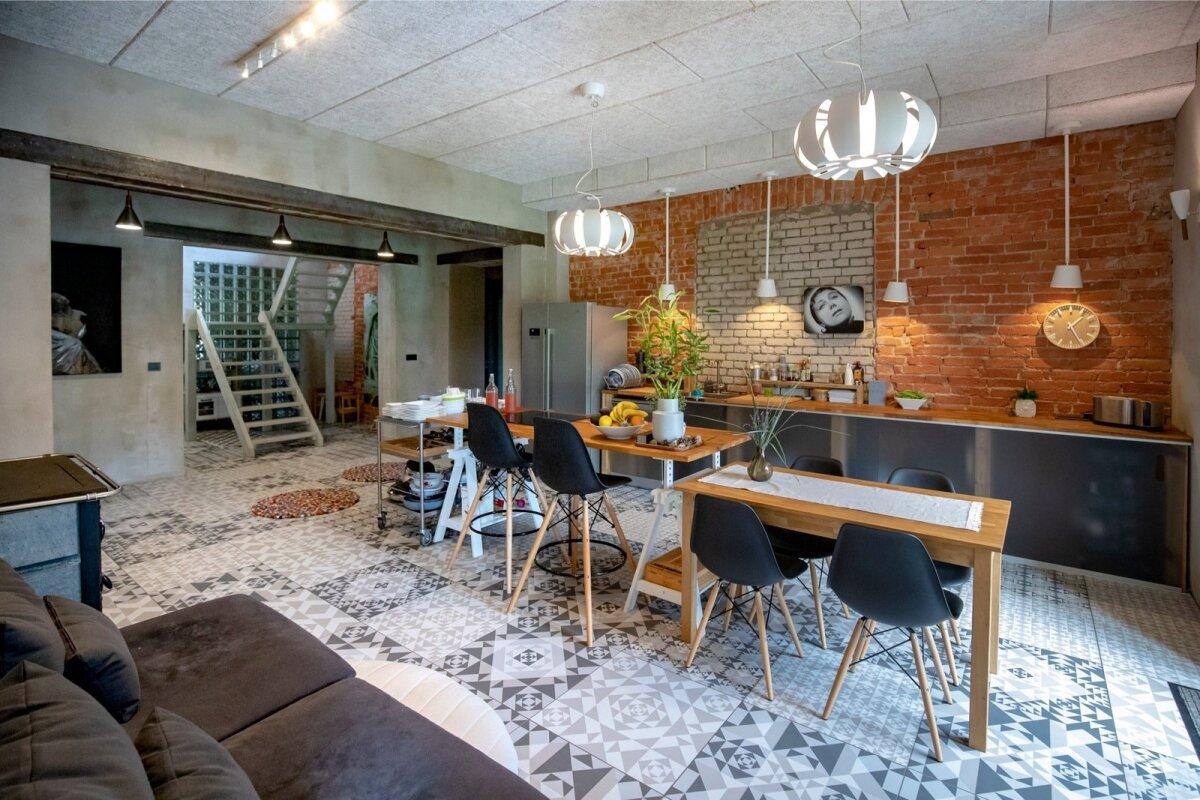 Tööpindadest ja ühest kunstiprojektist ülejäänud prussidest sai kokku pandud ajutine köögimööbel.
