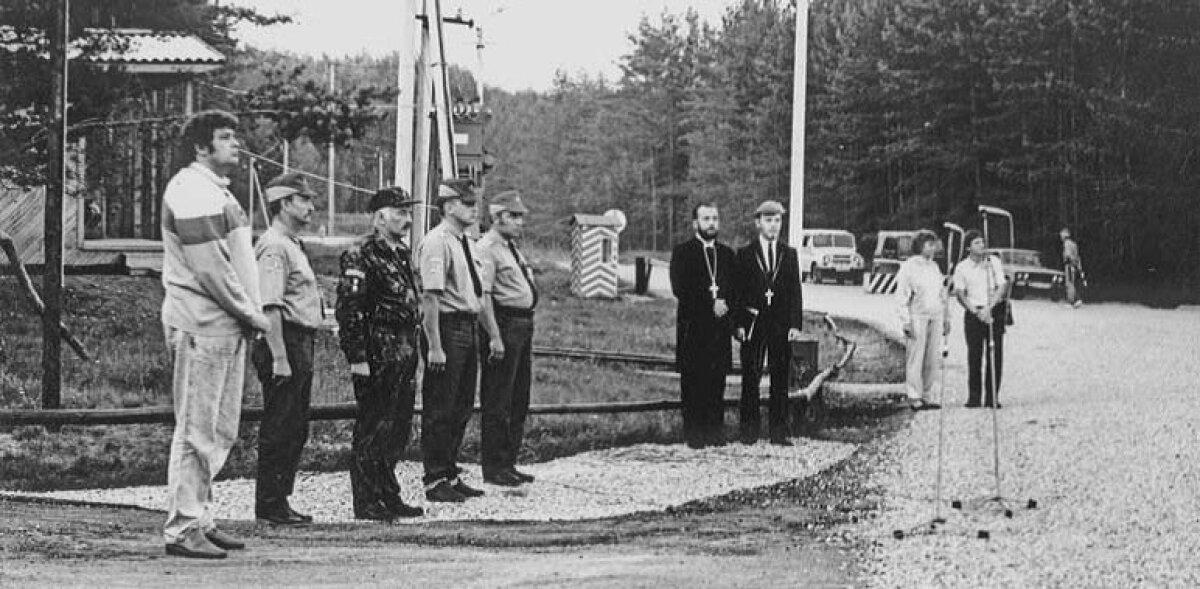 Sügis 1990. Vasakult Põlva maavanem Margus Leivo ja Põlvamaa Kodukaitse ülem Taivo Möller Koidula piiripunkti avamas.