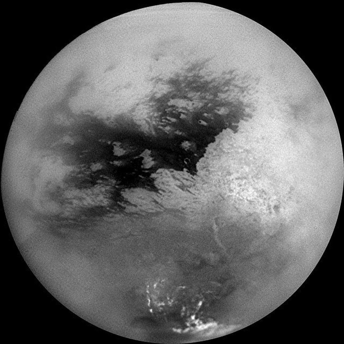 Üheksast fotost koosnev mosaiik Titanist, pildistatuna kosmoseaparaadi Cassini pardalt 2004. a (foto: NASA, JPL, Space Science Institute / CC BY-SA 4.0 / Wikimedia Commons)