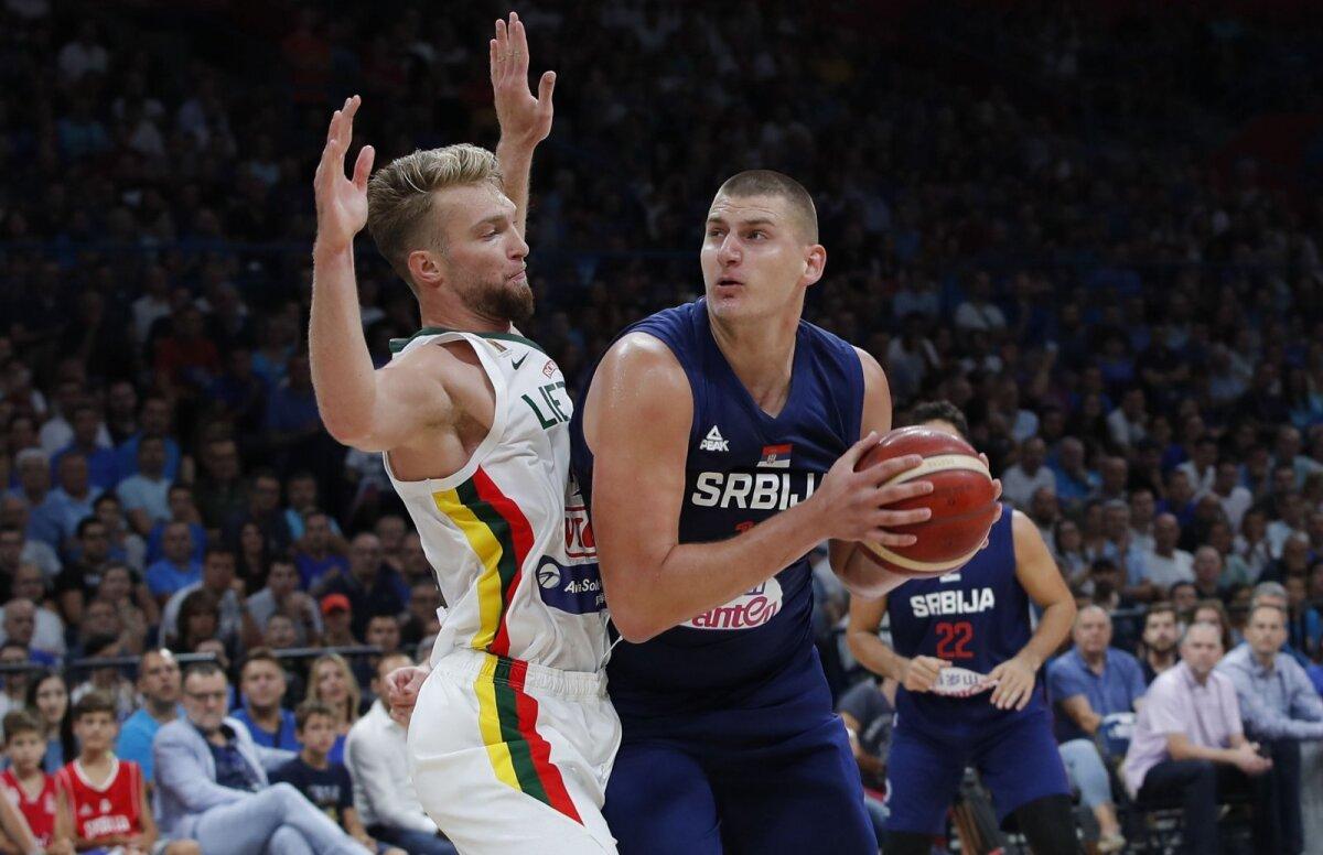 Nikola Jokic (paremal) üritab skoorida Domantas Sabonise vastu.