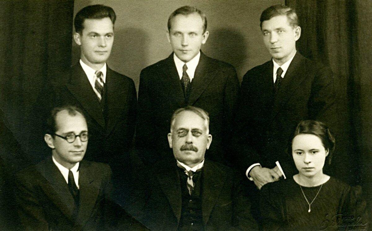AKADEEMILINE SELTSKOND: Akadeemilise kirjandusühingu liikmed Rudolf Põldmäe (taga vasakul), Aino Krimm (ees paremal), kes oli ühingu eestvedaja Gustav Suitsu (ees keskel) ametlik sekretär